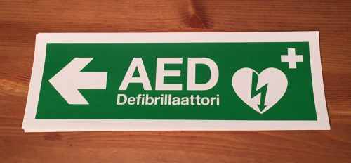 Defibrillaattori tarra vasemmalle